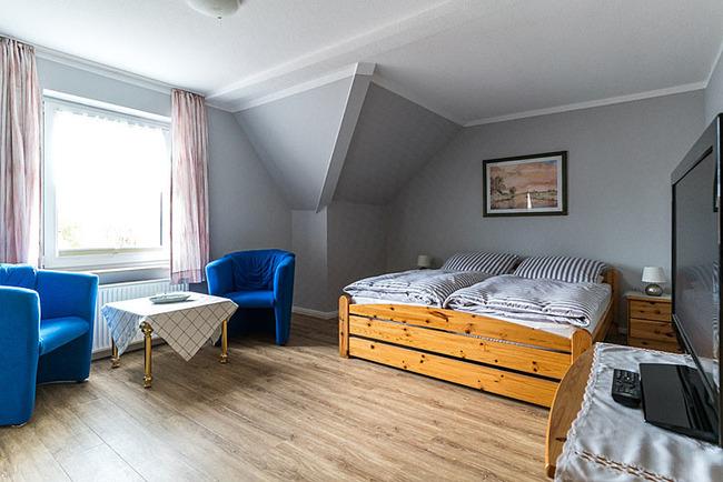 gemütliches Doppelzimmmer mit Sitzecke und TV
