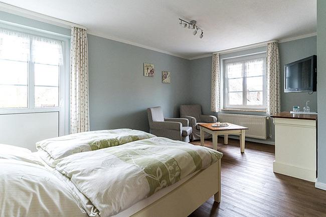 helles freundliches Doppelzimmerr mit Sitzecke und TV