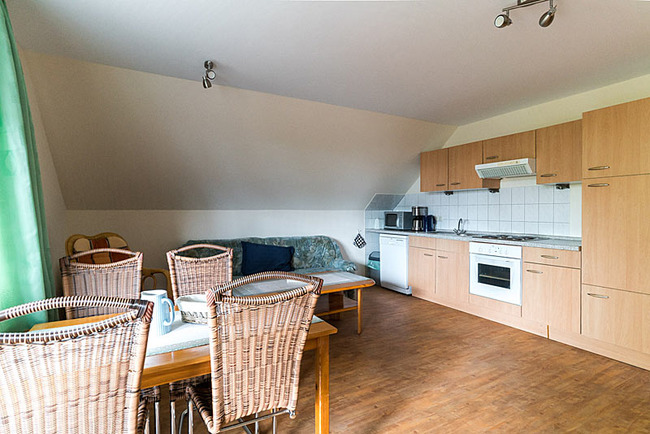 große Wohnküche mit Couchecke und Esstisch