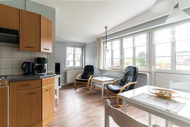 Wohnraum mit Sitzecke und offener Küche mit Esstisch