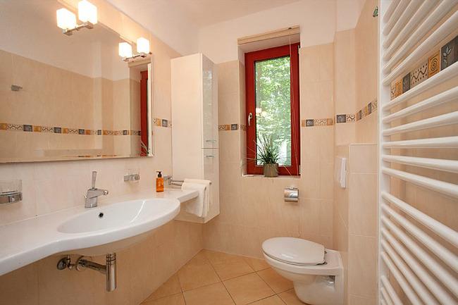 Fewo Ahorn - Bad mt Waschbecken und großem Spiegel