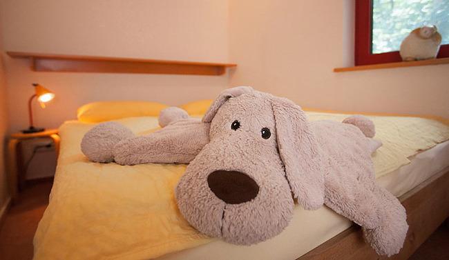 Fewo Ahorn - Kinderzimmer Bett mit großem Plüschtier