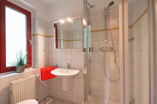 Fewo Eiche  - Bad mit Dusche, Waschbecken und WC