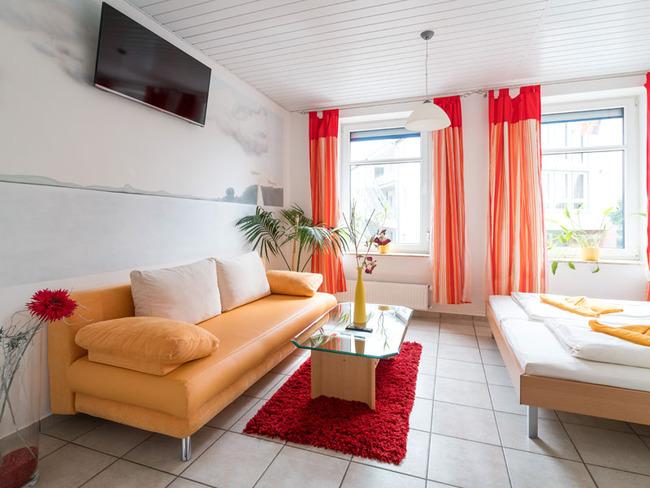 gemütliches Doppelzimmer mit Sofa und Doppelbett