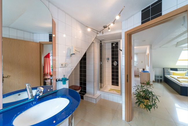 Badezimmer mit Dusche im Comfort Doppelzimmer