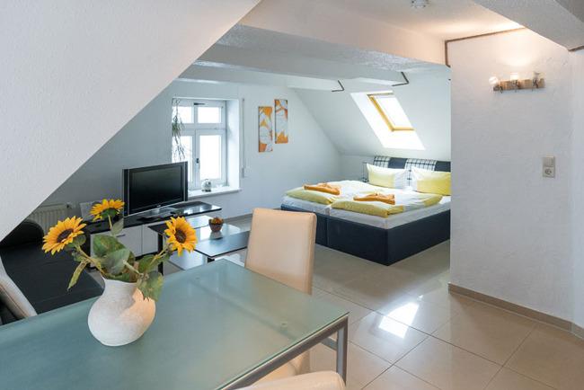 Blick vom Esstsich zum Doppelbett im Comfort Doppelzimmer