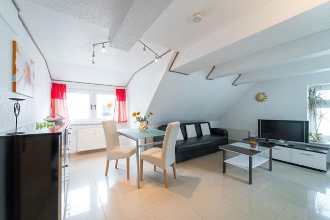 Wohnraum mit Couch und Ecktisch