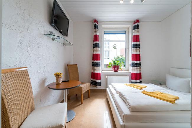 Economy Doppelzimmer mit Doppelbett und TV