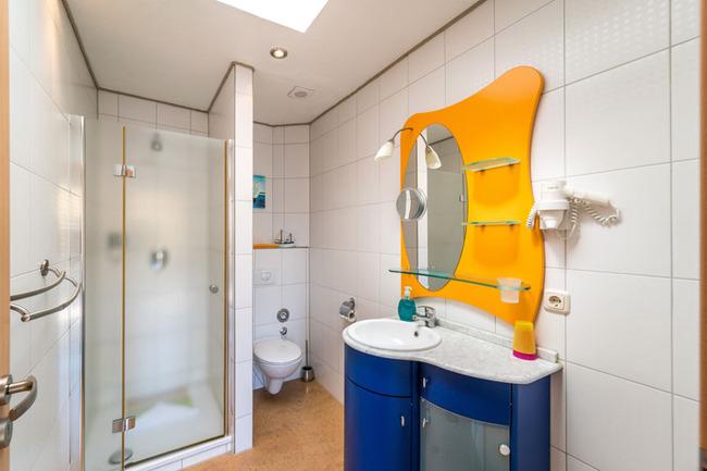 gepflegtes Badezimmer mit Dusche und Waschtisch