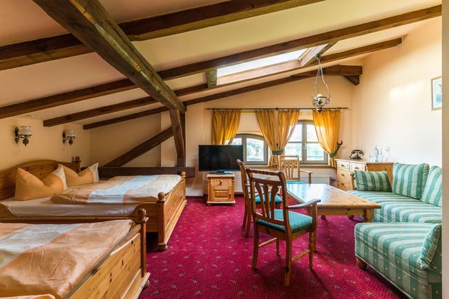 Mehrbettzimmer mit Wohn- und Schlafbereich