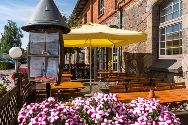 Restaurantterrasse mit vielen Sitzplätzen