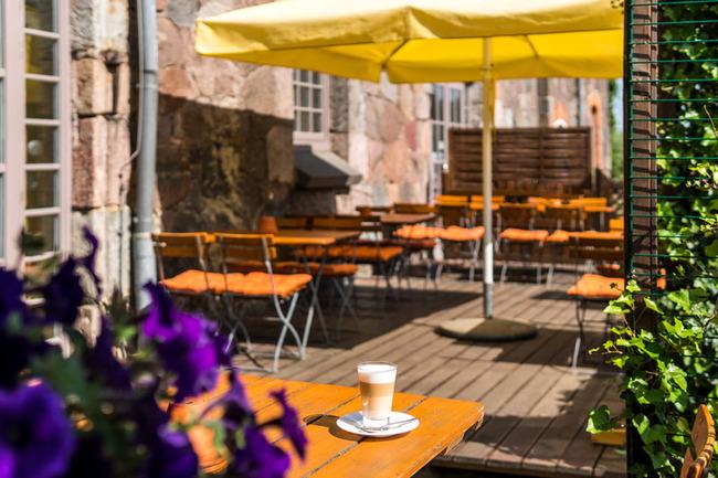 Latte Macchiato entspannt auf der Terrasse genießen