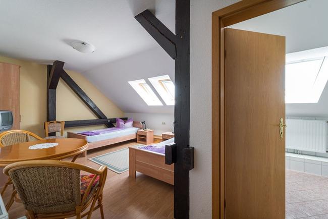 Ferienwohnung 2 mit getrennt stehenden Betten, einer Küchenzeile und ein Bad