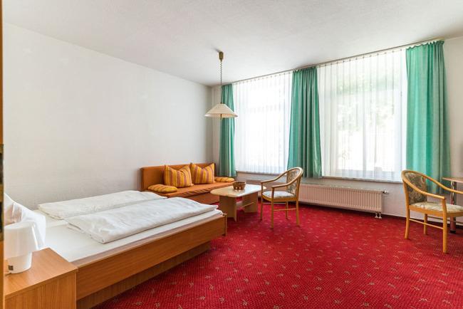 geräumiges Doppelzimmer mit Bett und Couch
