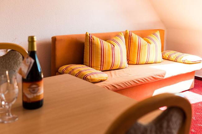 Zimmeransicht mit Couch und Esstisch