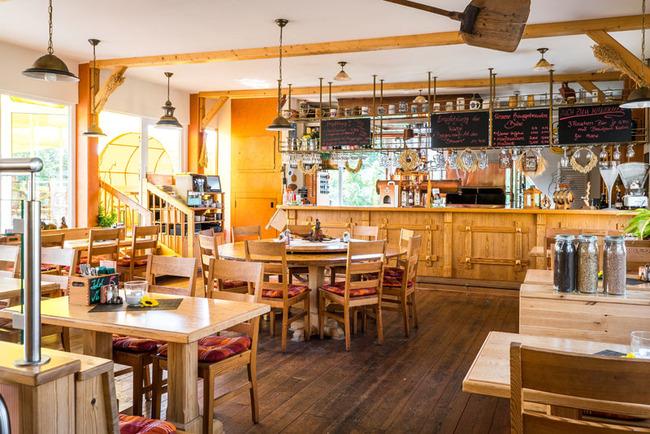 gemütlicher Gastraum mit Bar