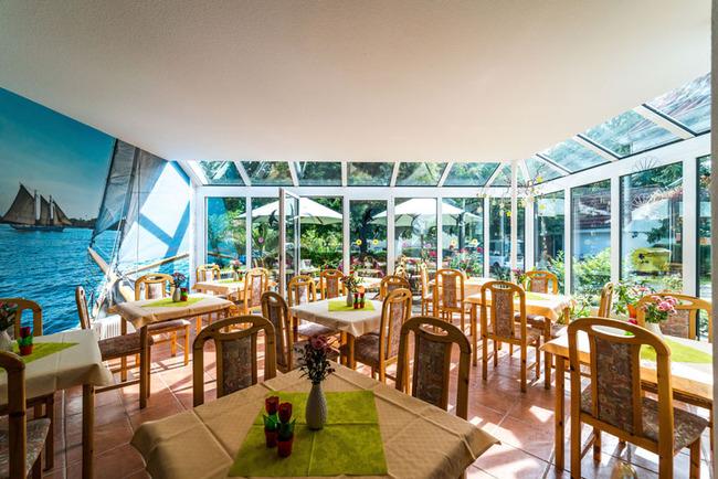 Frühstücksraum mit Wintergarten
