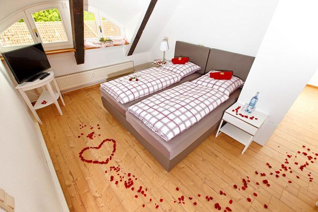 Doppelzimmer mit romantischer Dekoration