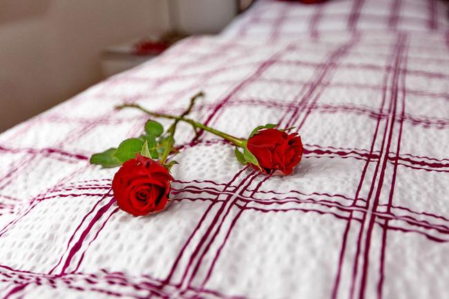 Rosen auf dem Bett