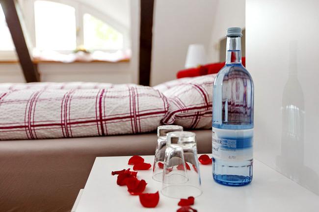 Zimmeransicht mit Rosenblätterdeko