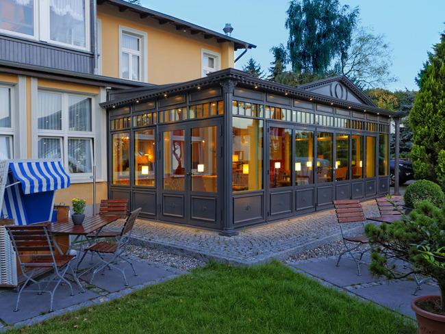 Außenansicht mit Restaurantwintergarten