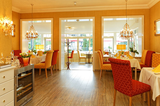 Restaurant mit Durchgang zum Wintergarten