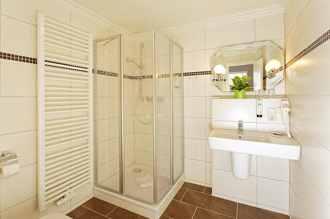 Bad mit Dusche und Waschbecken