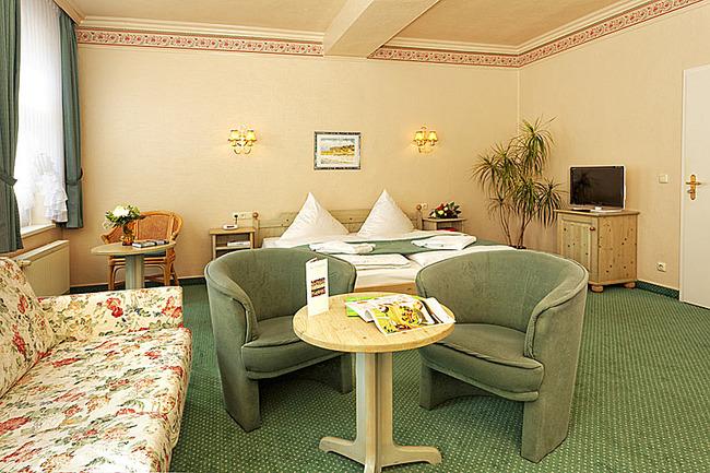 DZ mit Sitzecke, TV und Bett