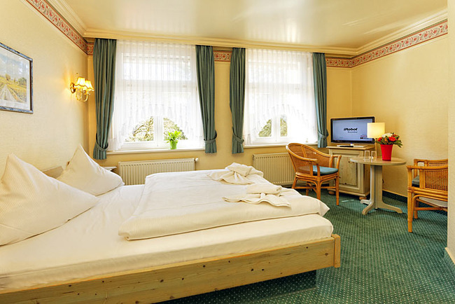 DZ mit kleinem Tisch, TV und Bett