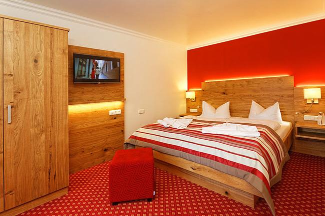 Appartement mit Bett, Schrank und TV