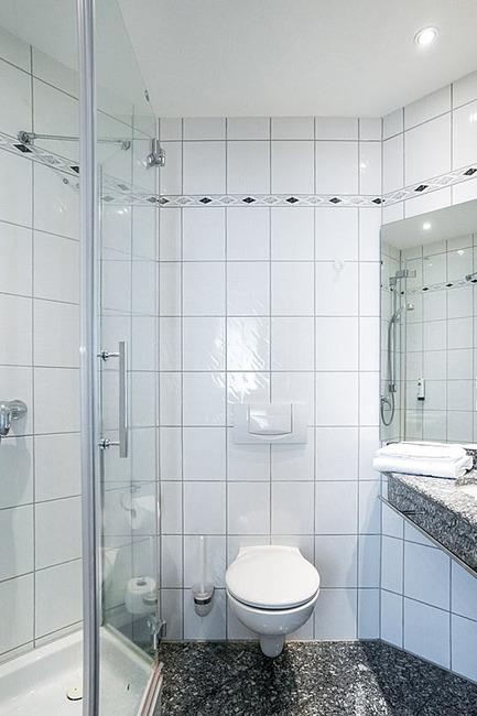 modernes und gepflegtes Badezimmer