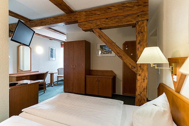 Doppelzimmer mit Bett und TV