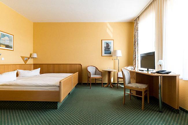Doppelzimmer mit Doppelbett und Scheibtisch