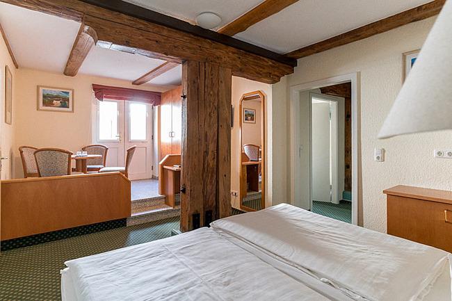 Doppelzimmer mit Sitzecke im Erdgeschoß