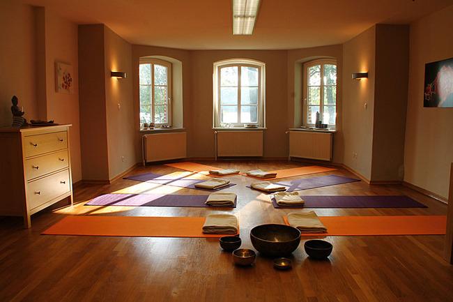 Gruppenraum mit Yogamatten