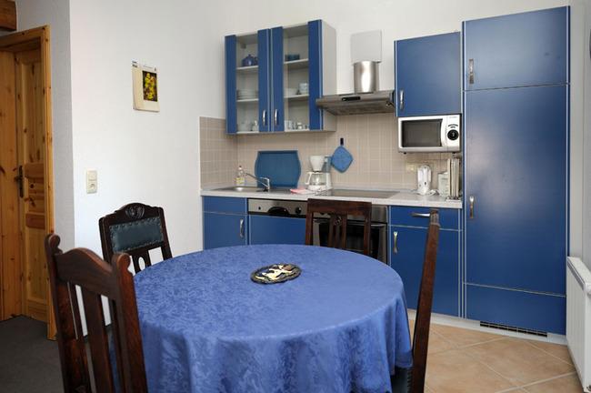 Küchenzeile mit Esstisch für 4 Personen
