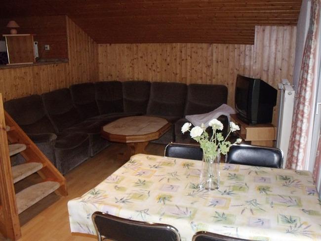 Ferienwohnung - Wohnraum mit Couchecke und Esstisch