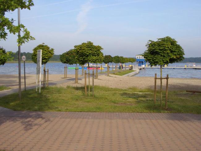 Badeanstalt mit Steg auf dem See