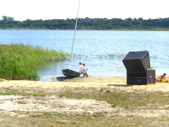 naturbelassener Strand mit Strandkorb