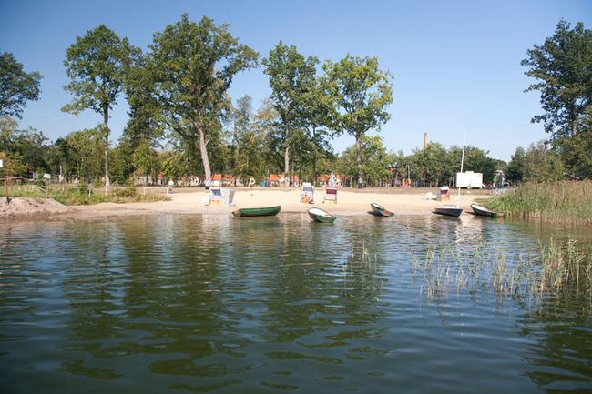 Strand mit Booten von der Seeseite