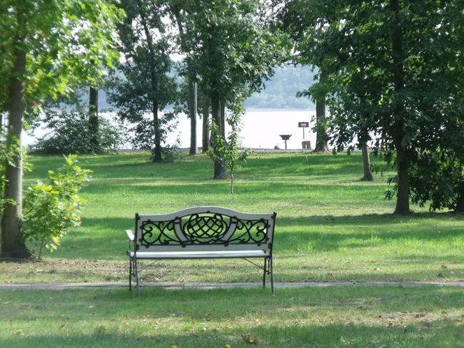 Parkanlage am See mit Bank