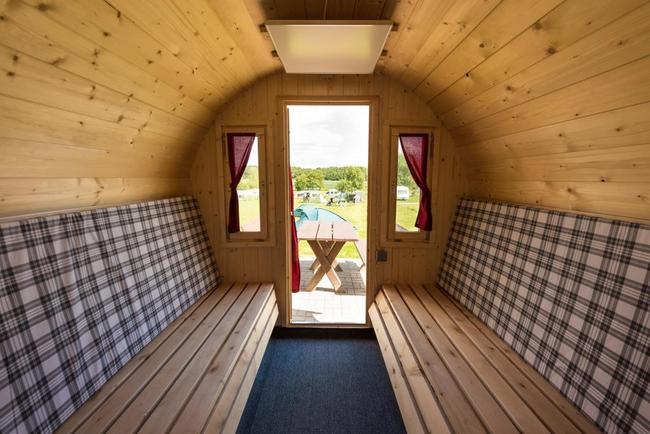 Sitz und Schlafbereich Campingfässer