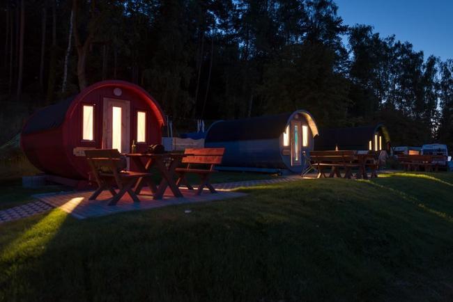 Campingfässer bei Nacht