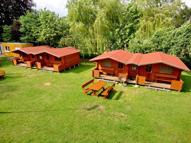 4 Doppel-Blockhäuser auf dem Gelände