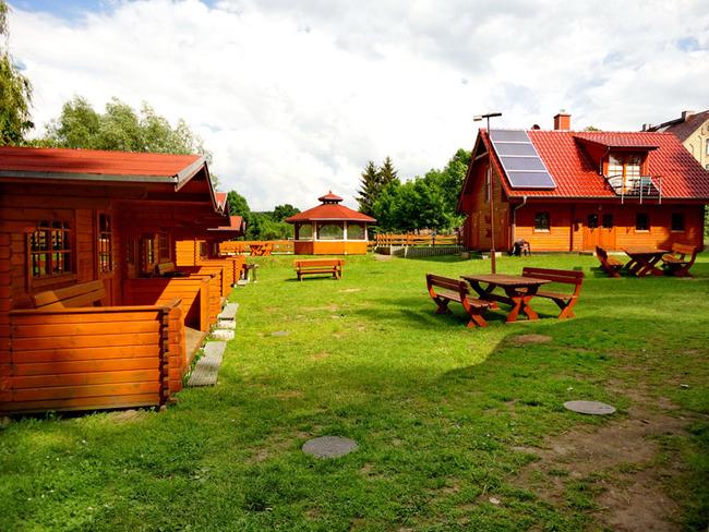Hauptgebäude und Grillpavillon