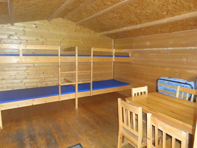 Blockhütte innen mit 4 Betten
