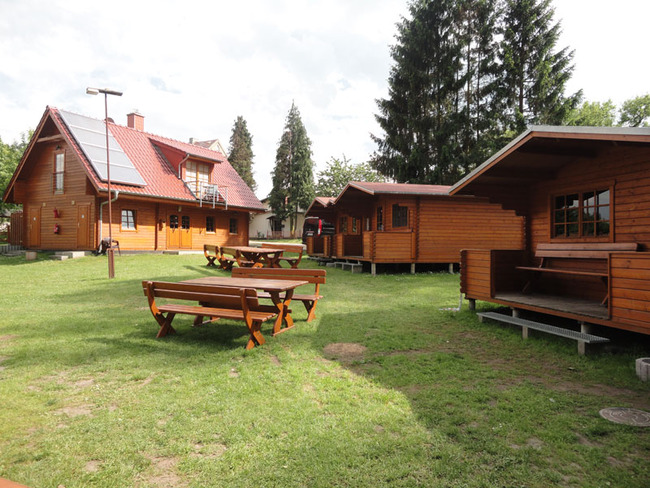 Hauptgebäude und Holzhütten