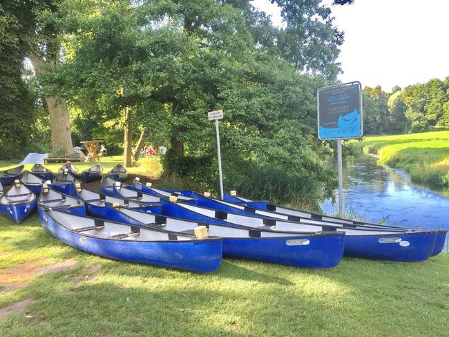 Kanus an der Einlassstelle
