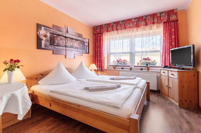 Doppelbettzimmer mit großem Bad