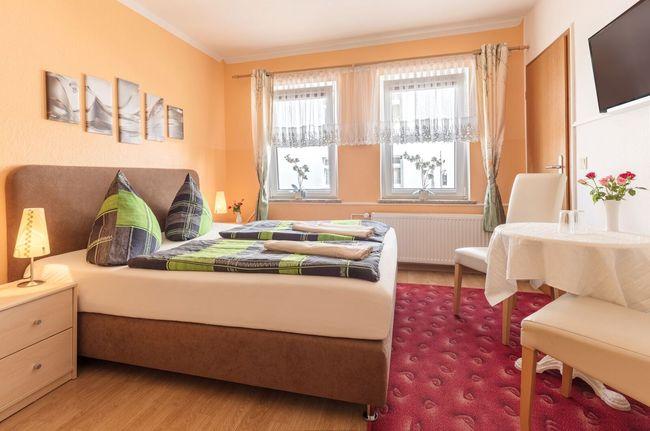 Doppelbettzimmer classic mit Nachttischen, Nachttischlampen, Telefon und zwei Fenstern